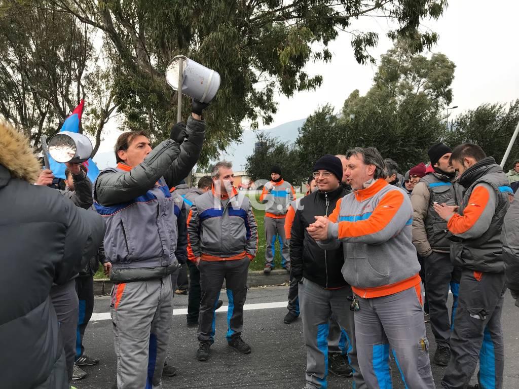 Stipendi in ritardo, lavoratori di Piaggio Aerospace in sciopero
