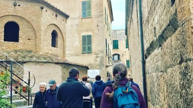 Turisti Albenga centro storico
