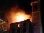 Alpicella, in fiamme tetto della chiesa