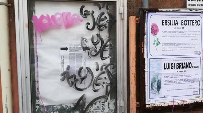 bacheca pd carcare vandalizzata