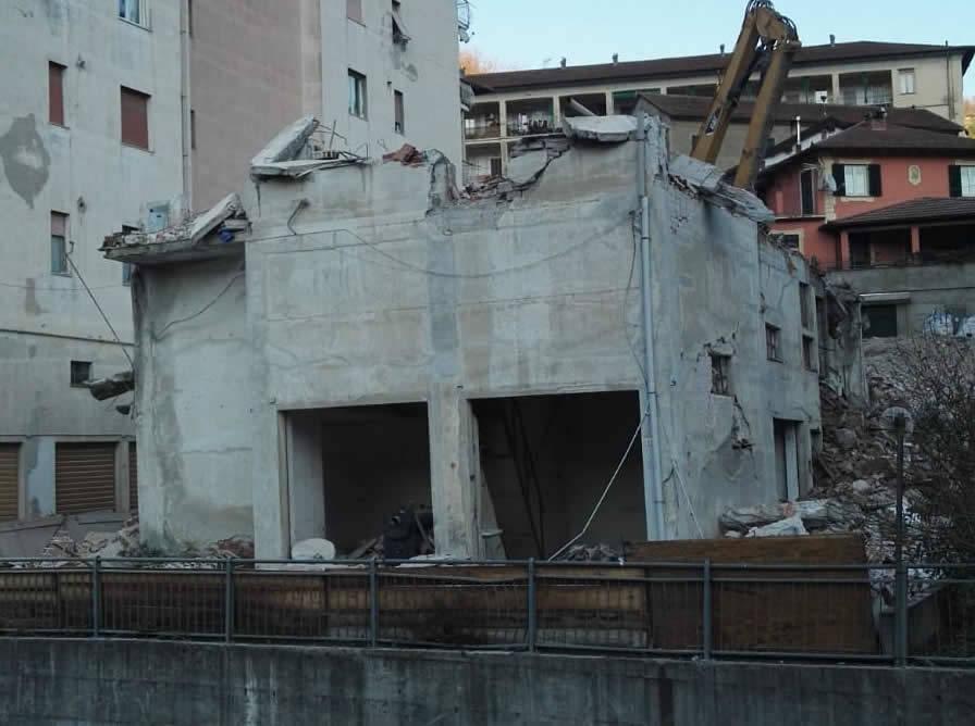 demolizione palazzo via rebora