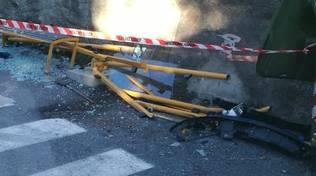 pensilina fermata autobus distrutta
