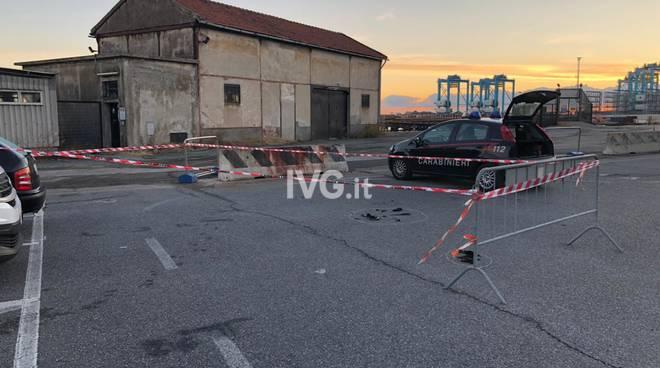 Tragedia a Vado Ligure, si da fuoco nel parcheggio