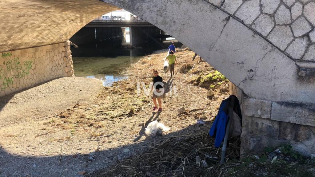 Turisti comaschi ripuliscono il letto del Maremola