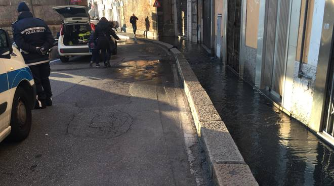 via venezia perdita tubo marciapiede