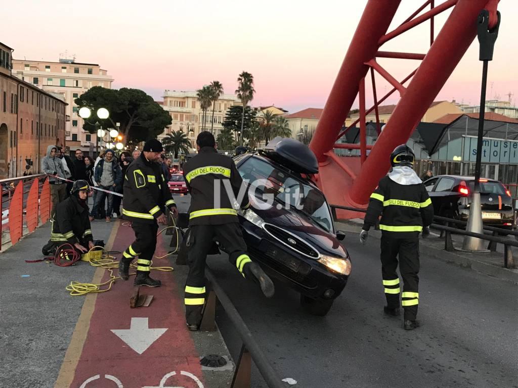 Albenga, perde il controllo dell'auto e resta in bilico sul guardrail del Ponte Rosso