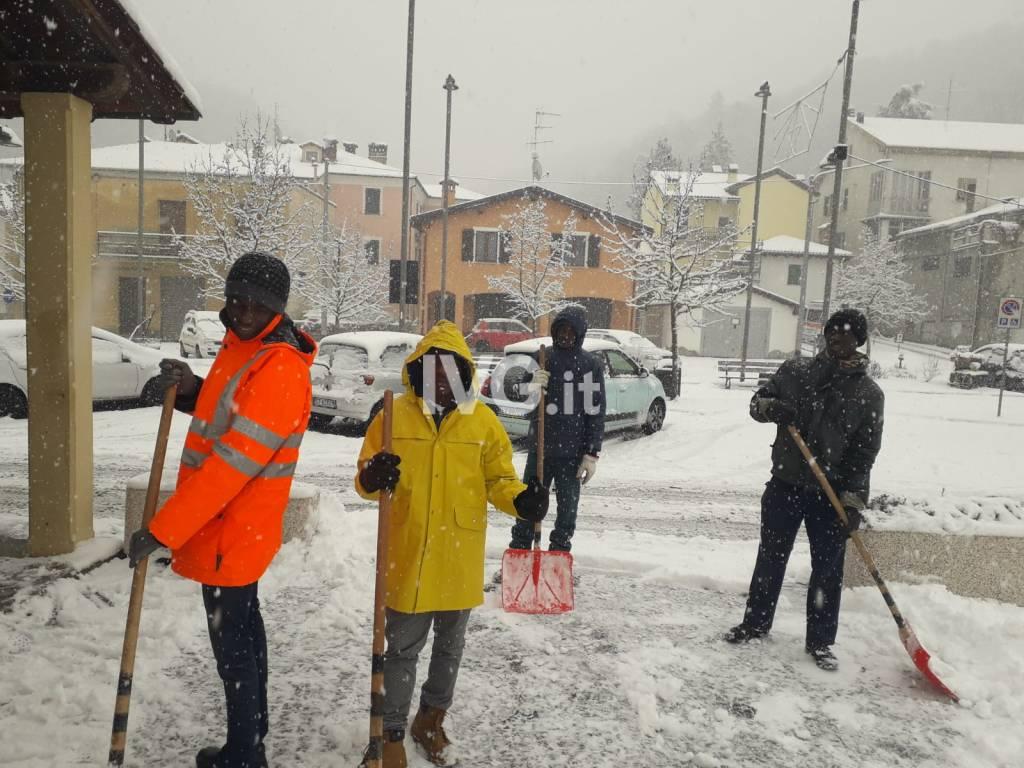 I richiedenti asilo spazzano la neve a Cairo e Dego