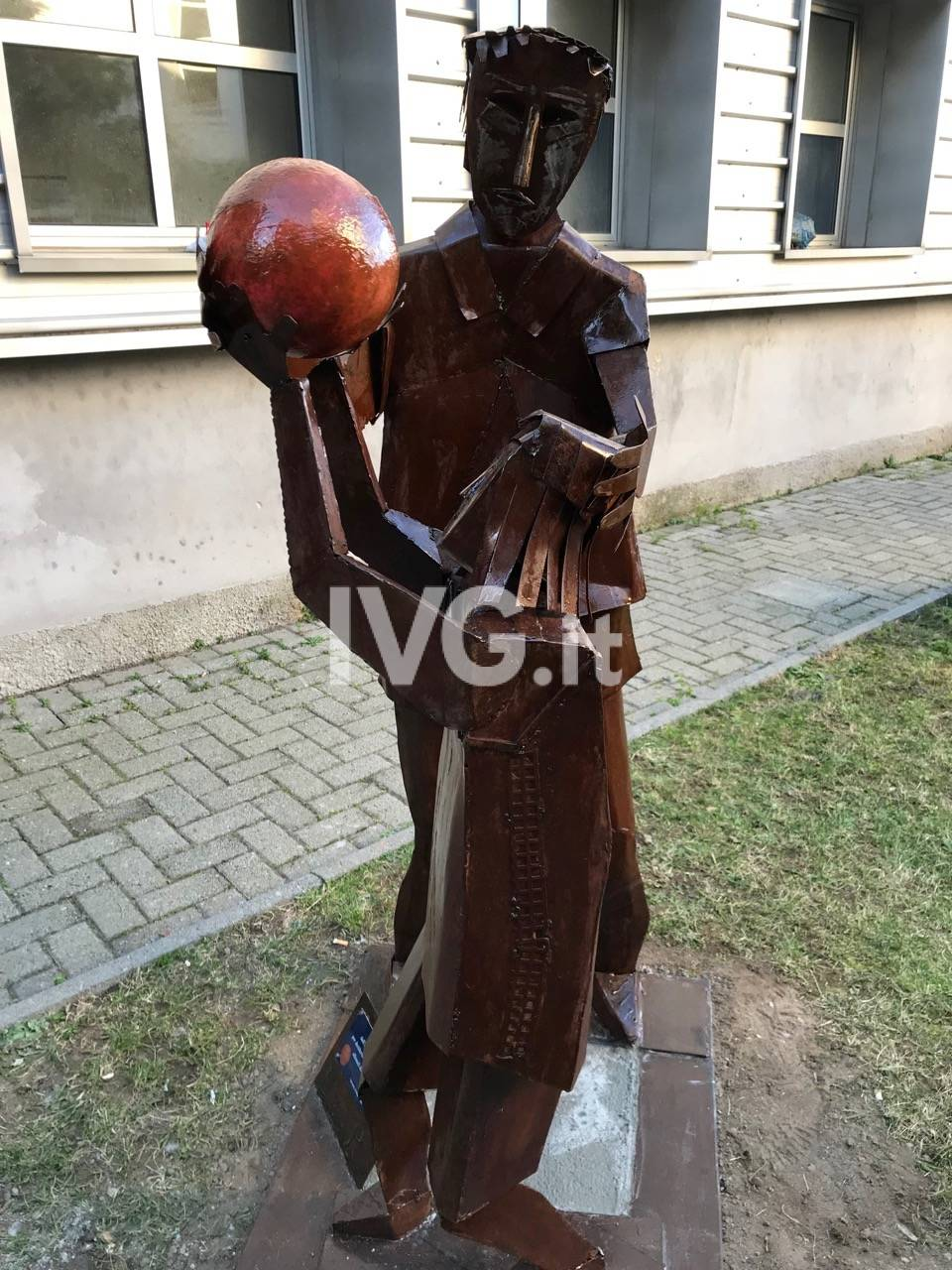 Inaugurata la statua in omaggio all'allenatore savonese Settimio Pagnini