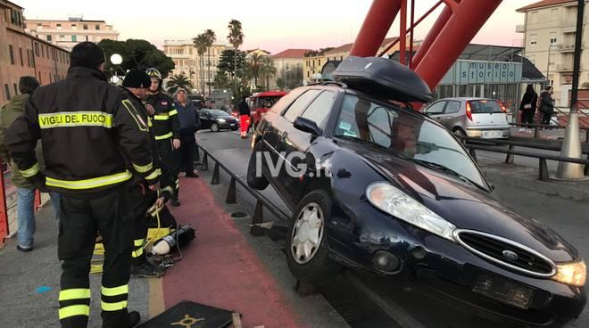 macchina incastrata Ponte Rosso Albenga