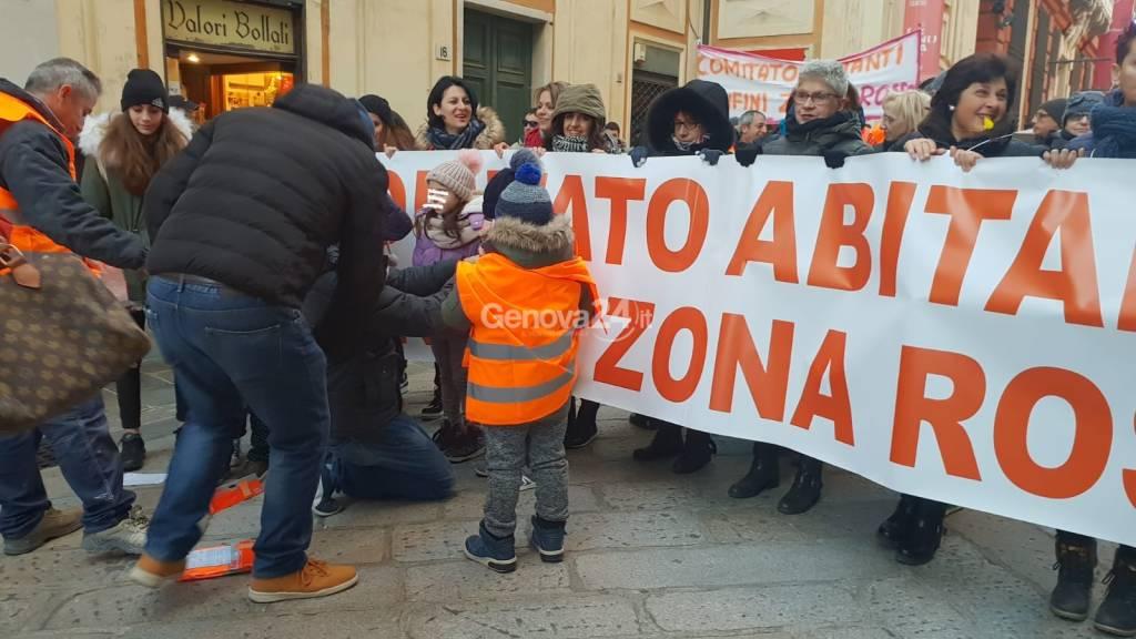 Manifestazione abitanti confini zona rossa
