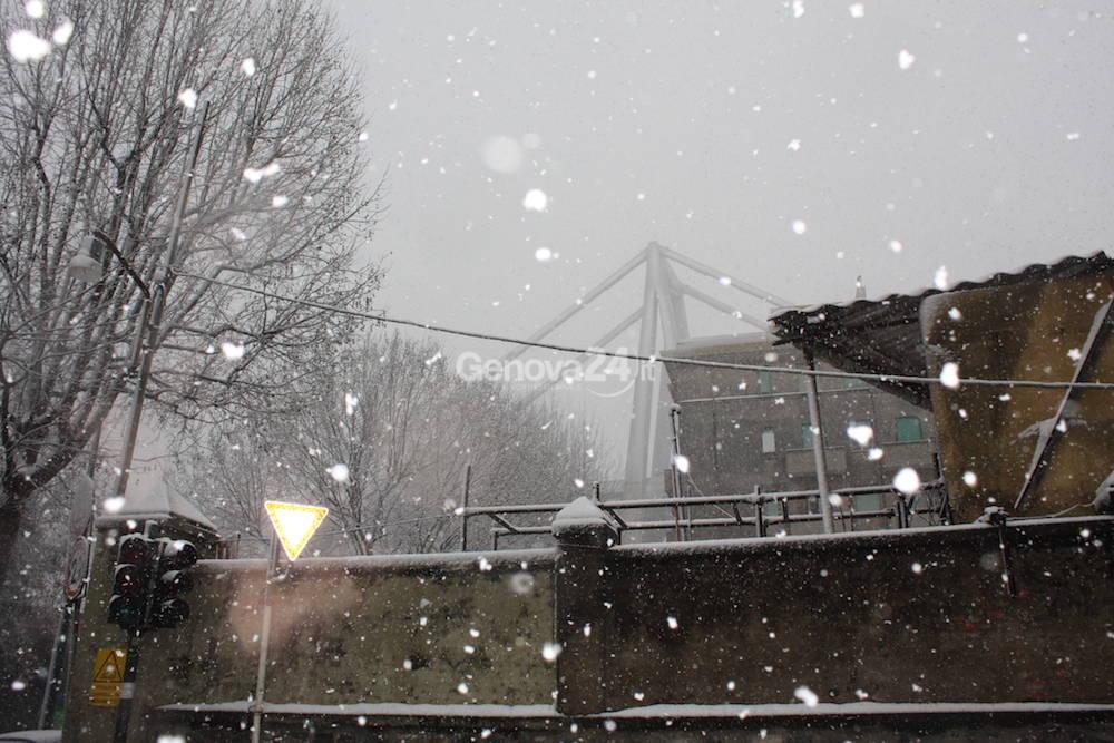 Ponte Morandi e zona rossa sotto la neve