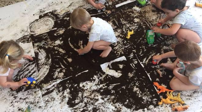 bambini giocano nido