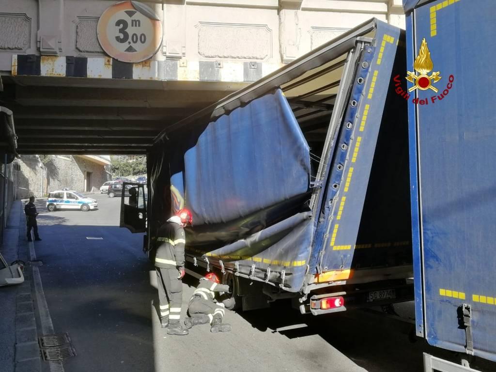 Camion incastrato via carrara