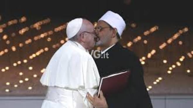 Chi è l\'uomo che ha baciato in bocca papa Francesco?