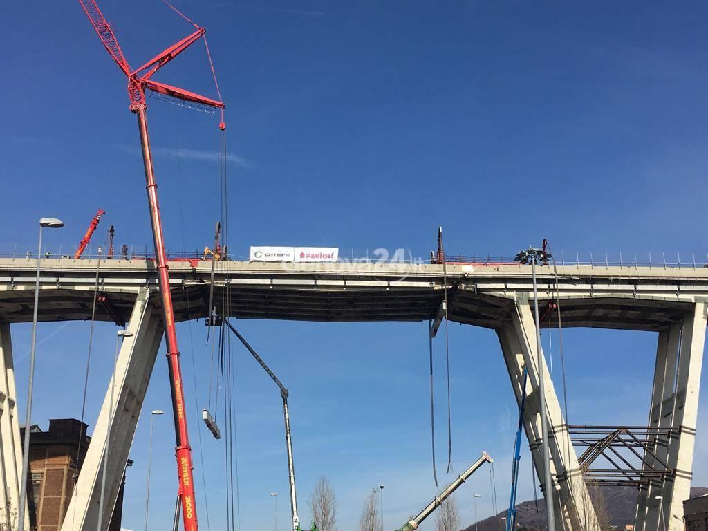 Ponte Morandi, primo giorno di demolizione, la passerella politica
