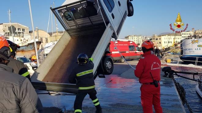 Recupero furgone in mare calata Gadda