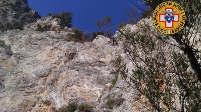 soccorso alpino parete rocciatore