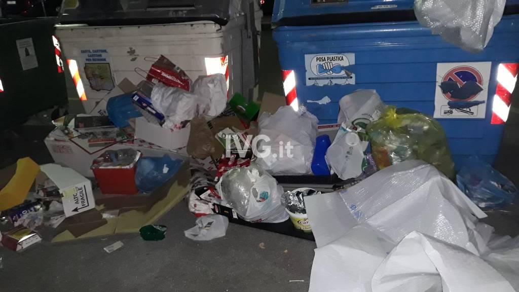 spazzatura aumenta cassonetti notte