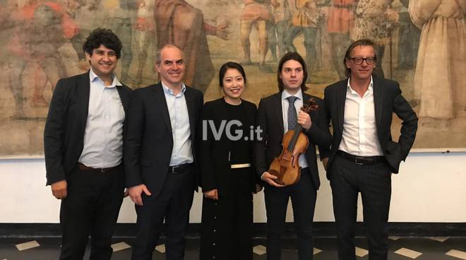 Albenga, la consegna del violino donato al Liceo Musicale