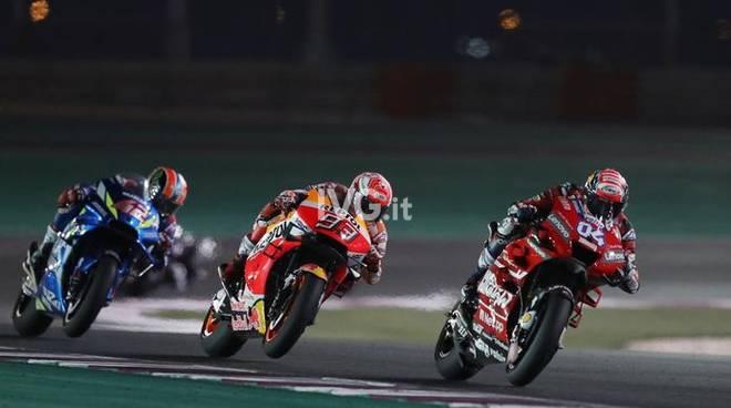 È tornato lo spettacolo della MotoGP: Dovizioso subito protagonista. Il calcio cambia, termineranno le polemiche?