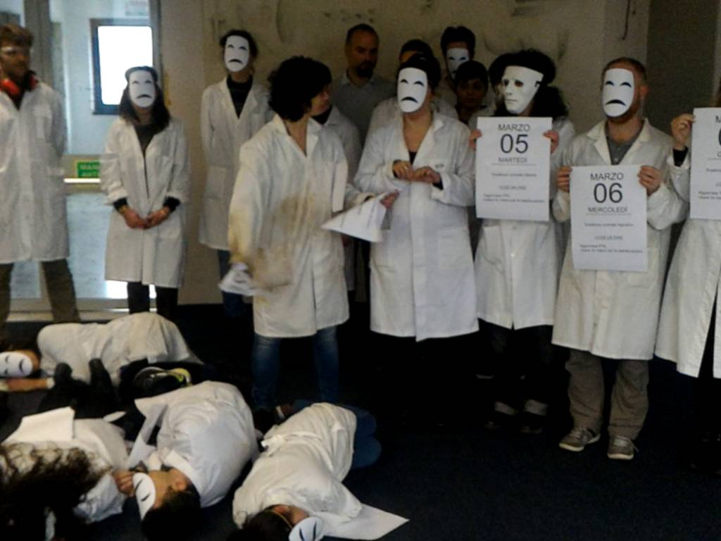 """Flash mob \""""Agenda delle Stabilizzazioni\"""" presso l'area della ricerca del CNR di Genova"""