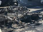 Incendio notturno distrugge auto e motorini ad Ellera e Varazze