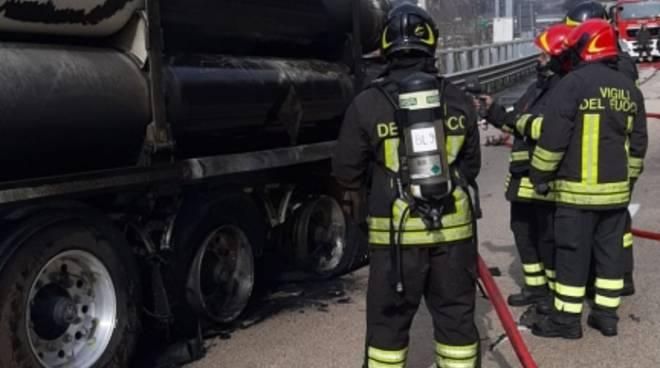 Incendio tir cisterna idrogeno Bolzaneto