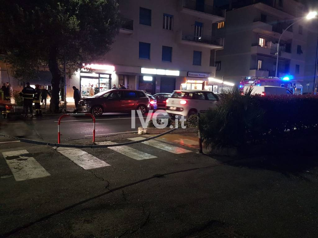 Loano: un'auto sfonda il dehor del Bar Rosy