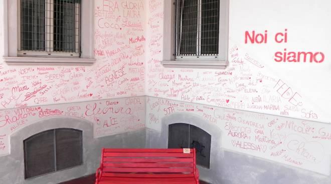 Panchina Rossa e Muro delle Firme Istituto Falcone Loano