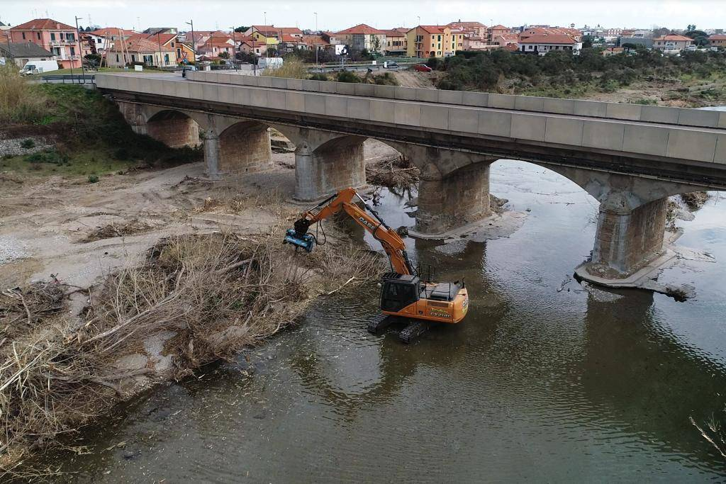 Pulizia torrente Neva Albenga