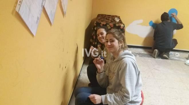 Un gruppo di amici ridipinge le pareti della scuola per l'infanzia di Orco Feglino