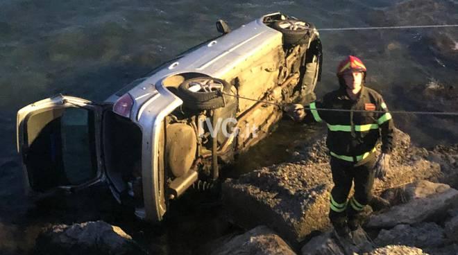 Vado Ligure, incidente auto vola sugli scogli