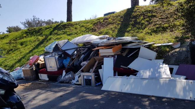 rifiuti bordo strada abusivi