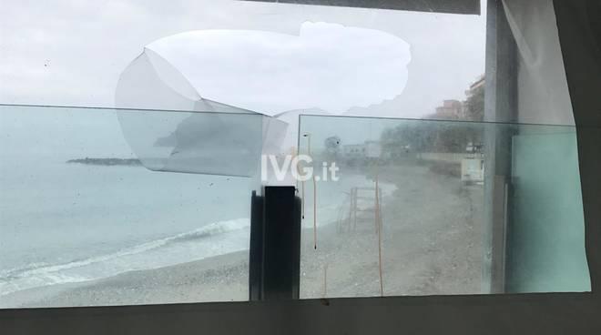Albenga, raid sul lungomare: presi di mira bagni marini e ristoranti
