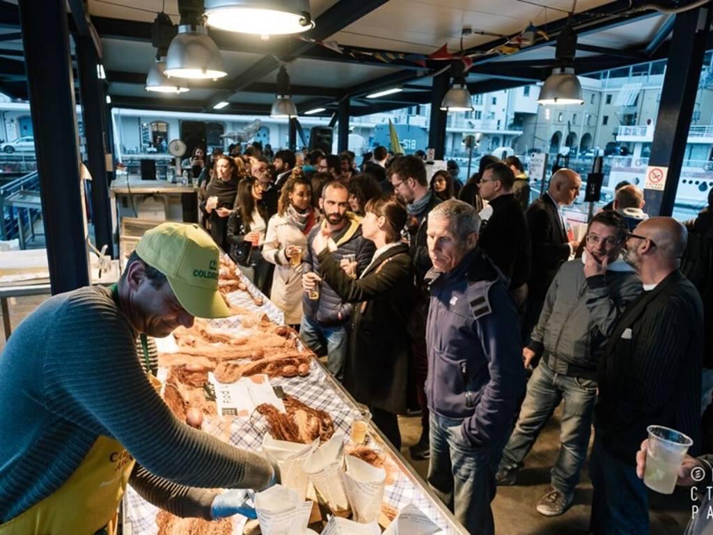 """Sound ricercati e fritture di pesce dal calar del sole fino a mezzanotte: torna \""""Fish & Djs\"""" al Mercato dei Pescatori della Darsena"""