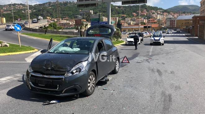 Finale Ligure, scontro tra due auto sull'Aurelia