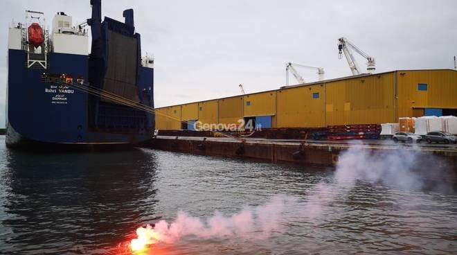 Nave delle armi in porto a Genova: la protesta