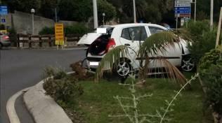 Perde il controllo dell'auto ed esce di strada alla rotonda di Finalpia