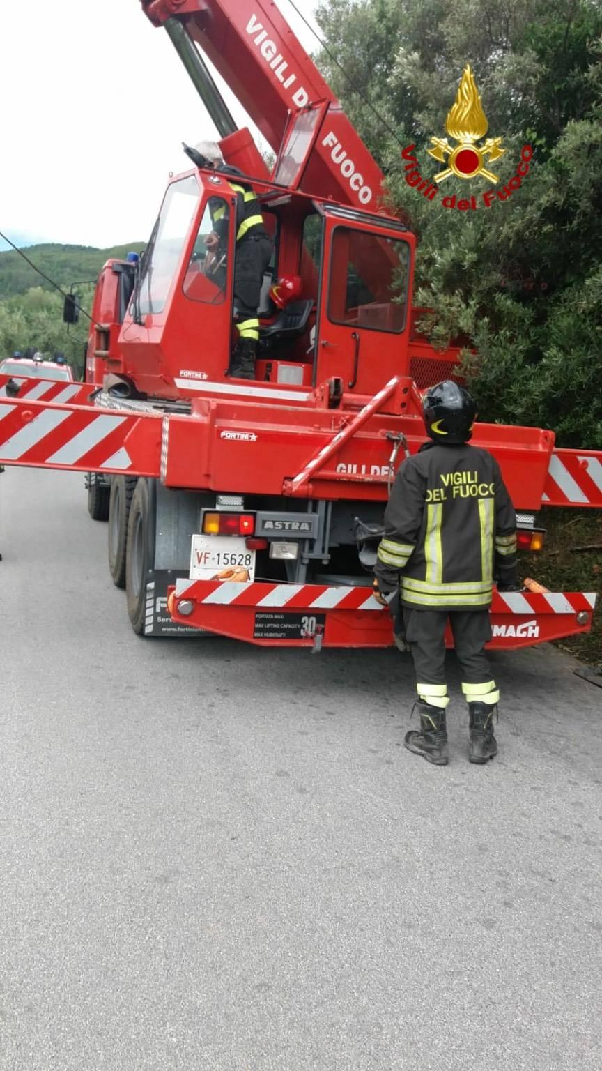 Pickup in scarpata intervento vigili del fuoco