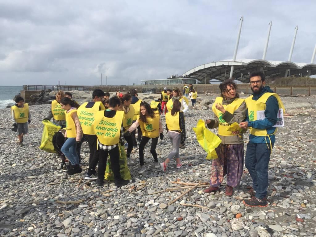rifiuti plastica pulizia spiaggia legambiente