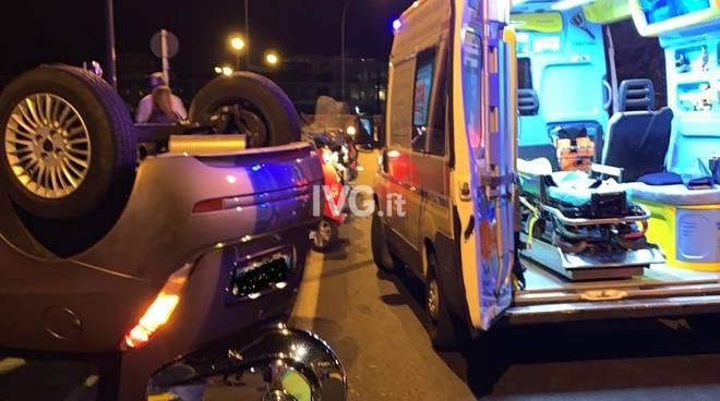auto ribaltata incidente notte ambulanza Aurelia savona