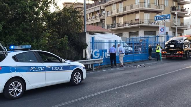 Auto sperona un'altra macchina in sosta ad Albenga