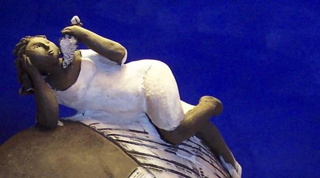 """""""Donna nel vento"""" scultura ceramica Manuela Incorvaia"""