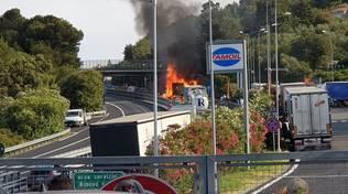 incendio a10 autocarro a fuoco