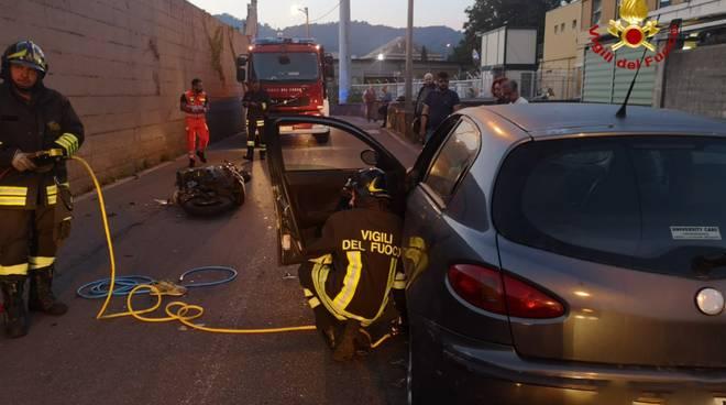 incidente auto scooter, via borzoli, intervento dei vigili del fuoco
