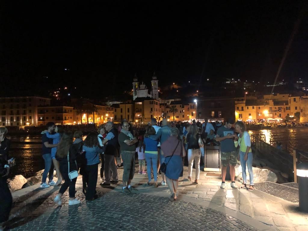 """Laigueglia, successo per la """"Notte Romantica"""" che ha animato centro storico e molo centrale"""