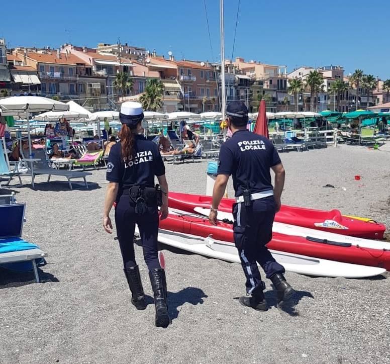 Quattro sequestri di merce contraffatta da parte della municipale di Loano
