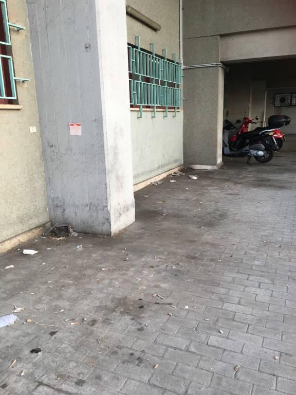 """Segnalazione di alcuni pendolari: """"Ingresso stazione lato piazza Aldo Moro nel degrado"""""""