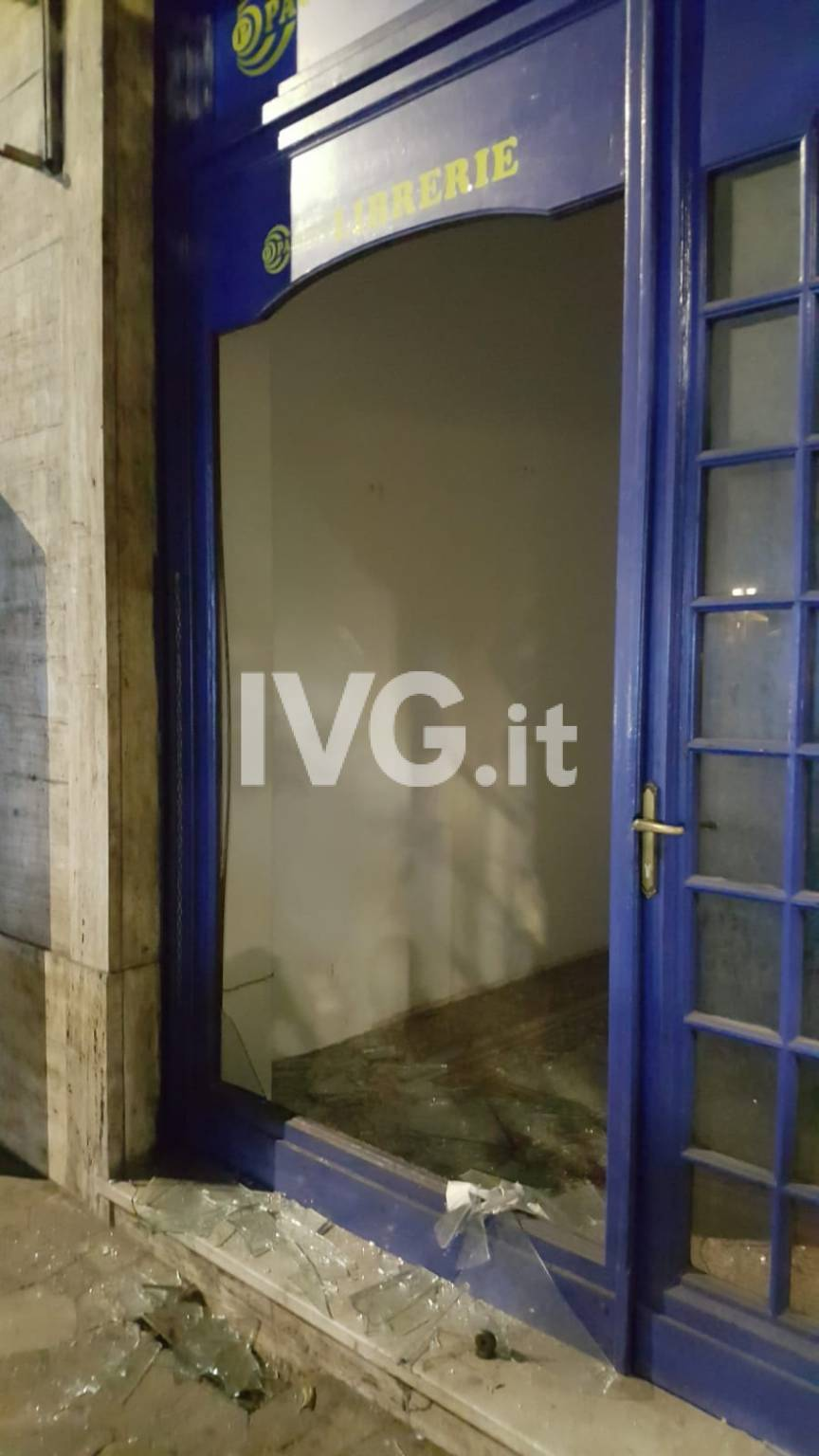Sfondata la vetrina di un negozio nel centro storico di Alassio