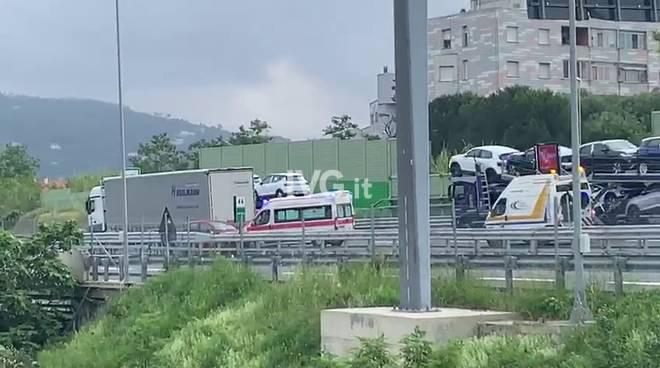 Tamponamento tra un'auto e un articolato sull'A10 a Savona